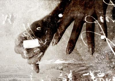 マニキュアを塗る女の手